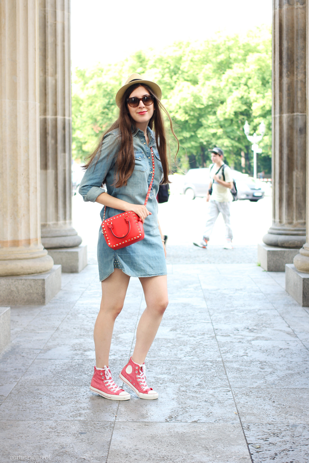 outfit, denim dress, valentino, studded, bag, red, hat, wie trägt man, wie kombinieren, jeans kleid