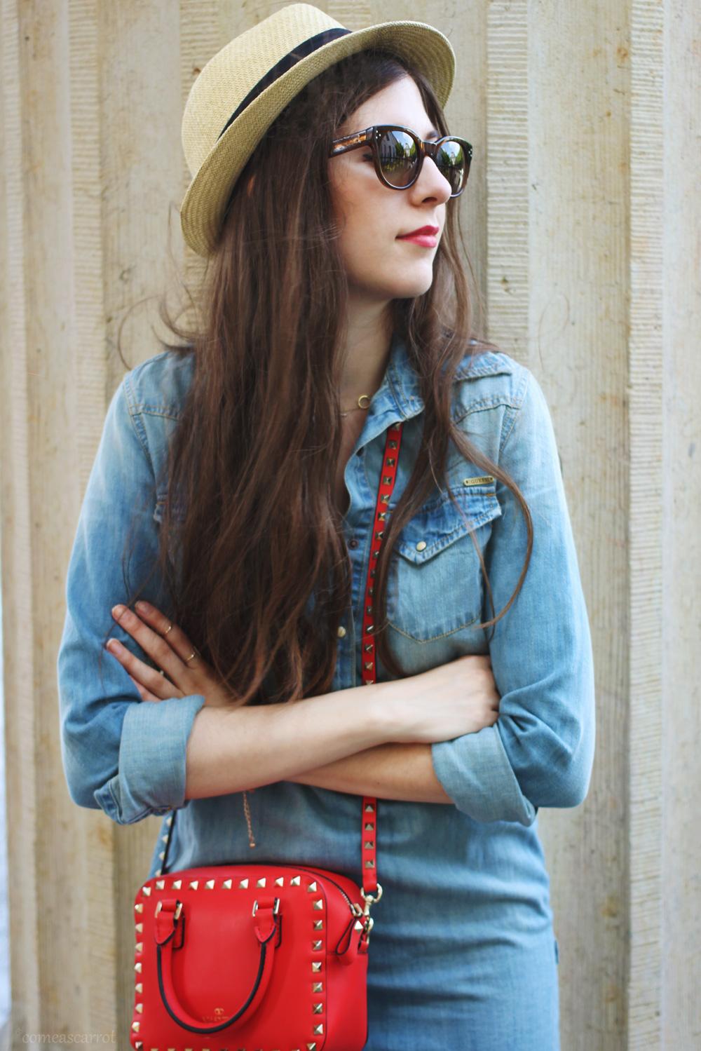 outfit, denim dress, valentino, studded, bag, red, hat, wie trägt man, wie kombinieren, jeans kleid